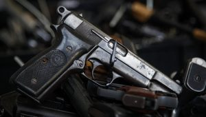 Assessor parlamentar e militares são presos em operação contra o tráfico de armas