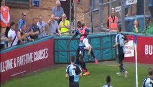 Gandula mirim entra em êxtase e comemora gol nos braços dos jogadores   assista 75baf16e081
