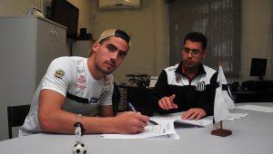 Com saídas de 3 jogadores, Santos abre espaço para contratar mais um estrangeiro