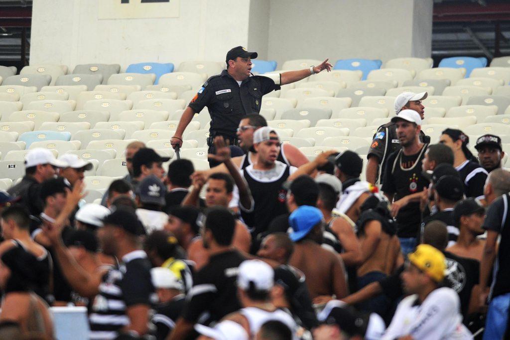 ... Torcedores do Corinthians entraram em confronto com policiais nas  arquibancadas do Maracanã 8821715bc0a7d