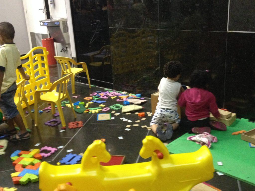 b6e8824b954 Pais recorrem à Justiça para colocar filhos na creche  prédio da ...