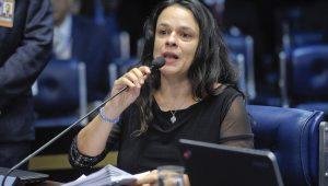 """Janaína Paschoal diz que homenagem de Eduardo Bolsonaro foi como """"soco na cara"""""""