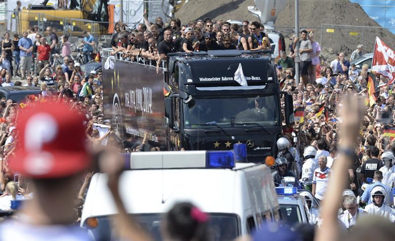 Seleção alemã faz festa com 500 mil torcedores em Berlim. Veja imagens eb2a1504f0d67