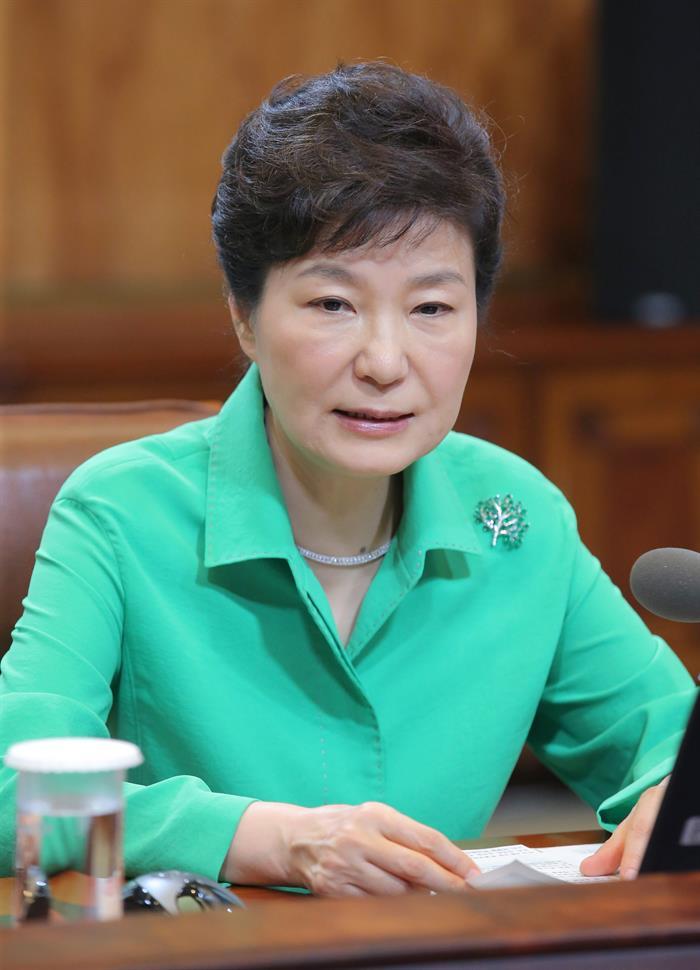 Tribunal condena ex-presidente sul-coreana a 24 anos de prisão