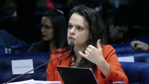 """Janaína defende candidatura avulsa, critica """"safadeza institucionalizada"""" e quer """"ajudar Bolsonaro"""""""
