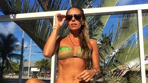 Adriane Galisteu posta foto nua e com cabelos escuros