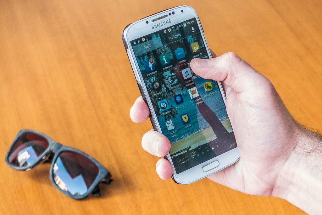 Consumidor opta por comunicação por aplicativos e operadoras