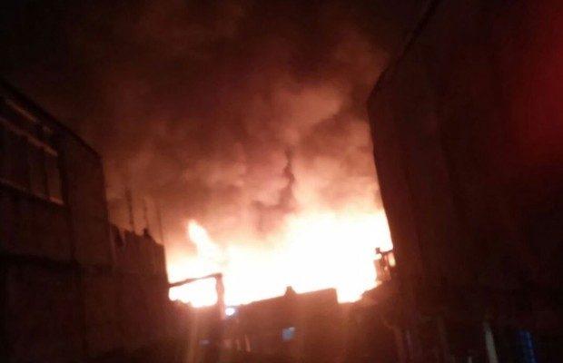 Inc ndio em f brica de papel atinge barracos de favela na for Fabrica de sillones zona norte