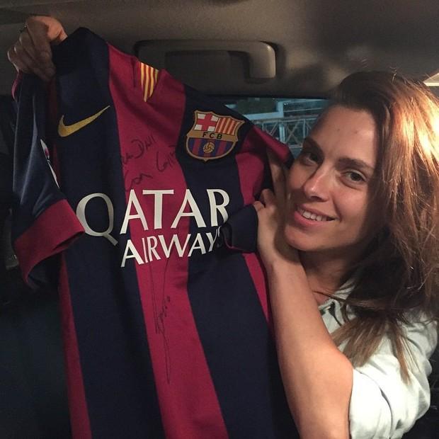 7b20452b1214e Carol Dieckmann mostra camisa do Barcelona autografada por Messi ...