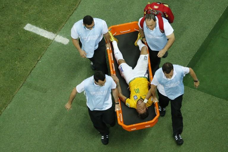 Seleção retorna ao Rio e atletas consolam Neymar em cadeira de rodas