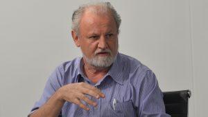 Stédile veste farda de general de cordão carnavalesco para assustar o Brasil