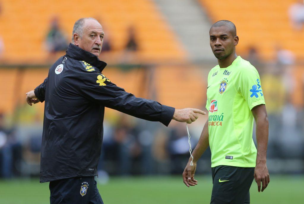 O técnico Luiz Felipe Scolari orienta Fernandinho em treino ... f7eaabecd62ce