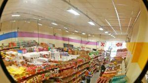 cf901f663 Movimento de consumidores nas lojas cai 1% em fevereiro