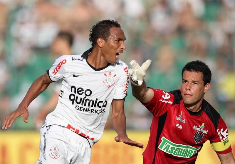 2581a4c391bcf ... Liédson do Corinthians comemora seu gol durante partida entre  Figueirense e Corinthians