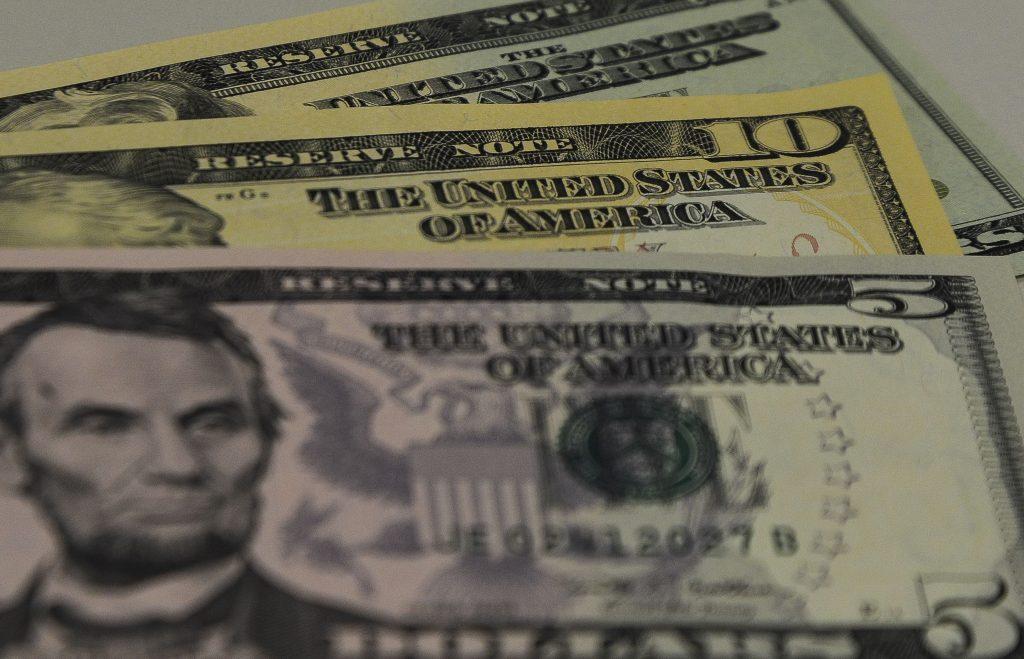 Dólar comercial tem forte alta e bate R$ 3,69