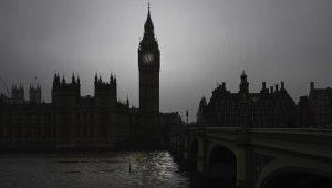 Acordo do Brexit segue para o parlamento britânico; May ainda 'respira por aparelhos'