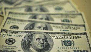 Após subir 1% durante o dia, dólar fecha estável e cotado a R$ 3,84