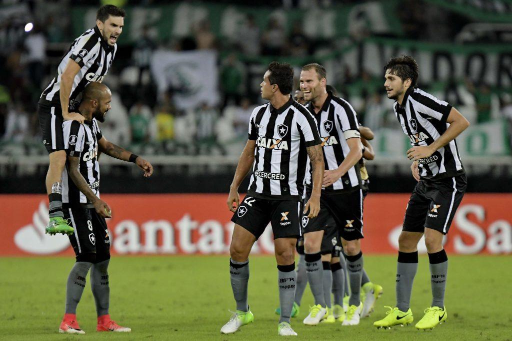 ab1f995356 Jogadores do Botafogo comemoram classificação após empate com o Atlético  Nacional