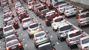 Tempo das viagens de automóvel em SP é 69% maior em horários de pico