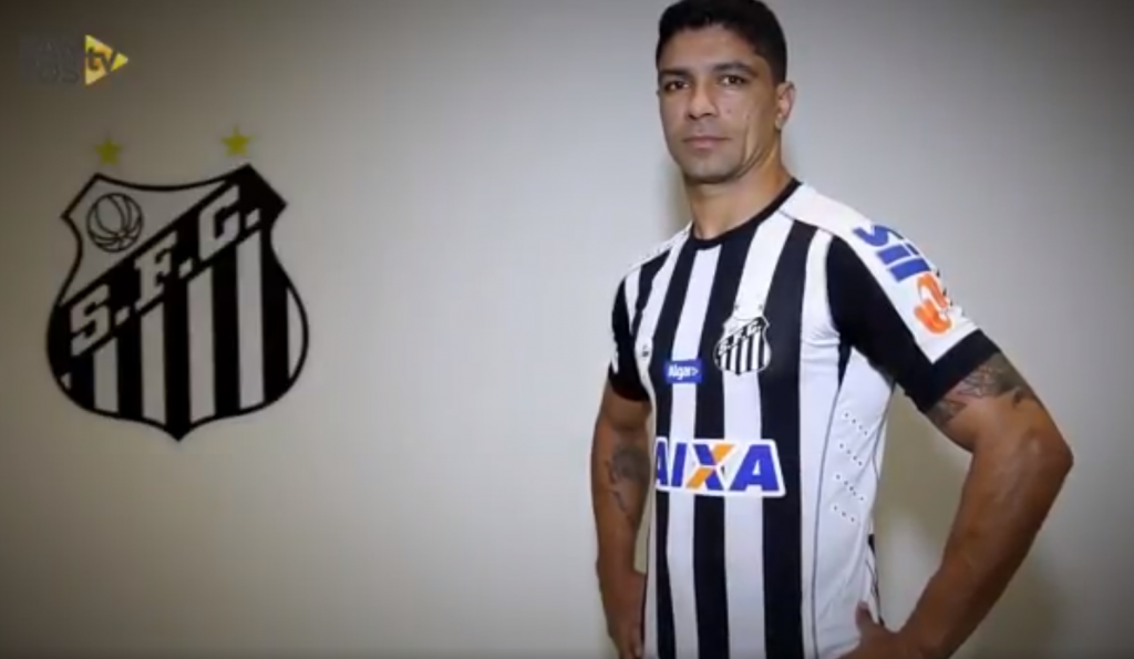 Novo uniforme reserva do Santos apresenta listras mais finas e mantém o  estilo justo 107841df65eae
