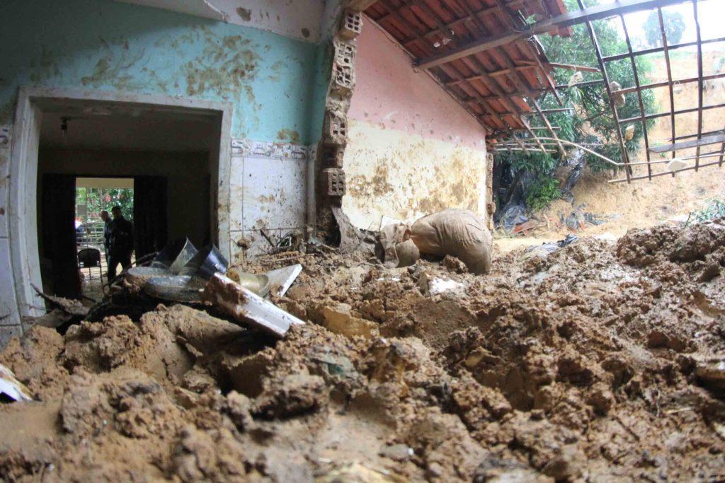 Sobe para nove número de mortes causadas pelas chuvas no Grande Recife
