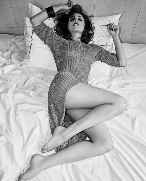 """3744f0d88 Monica Iozzi agita fãs com foto sensual sem sutiã  """"poder feminino ..."""