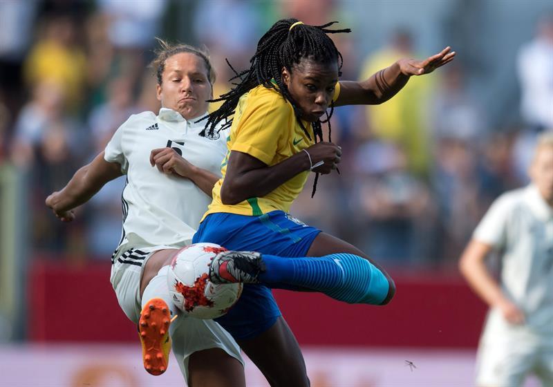 14bf20efa9 Ludmila disputa a bola com Babett Peter durante o amistoso entre Alemanha e  Brasil. A Seleção Brasileira feminina ...