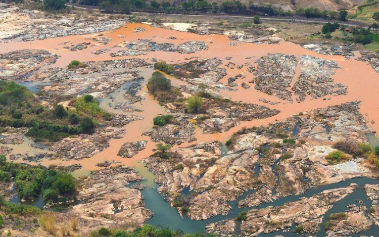 Mesmo após desastre de Mariana, projetos buscam afrouxar legislação