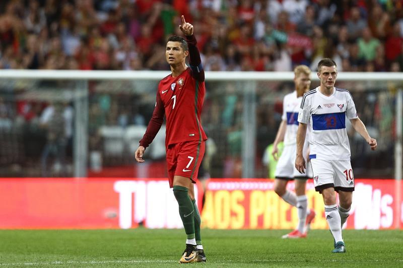Cristiano Ronaldo comemora o gol marcado na vitória de Portugal sobre as  Ilhas Faroé 5014ffccd1f43