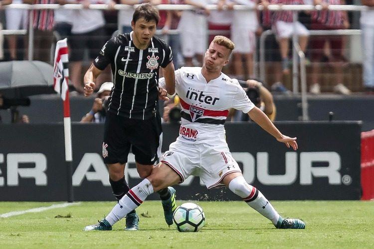 Romero e Lucas Fernandes disputam a bola no Majestoso