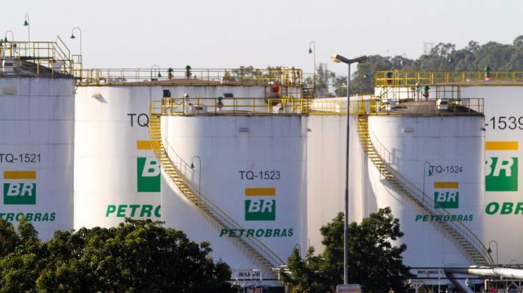 Resultado de imagem para Petrobras registra lucro menor com queda de produção