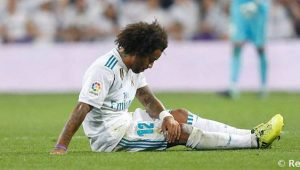 Marcelo, lateral do Real Madrid, sentado no gramado e cabisbaixo