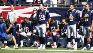 Jogadores do New England Patriots de joelhos durante execução do hino nacional norte-americano