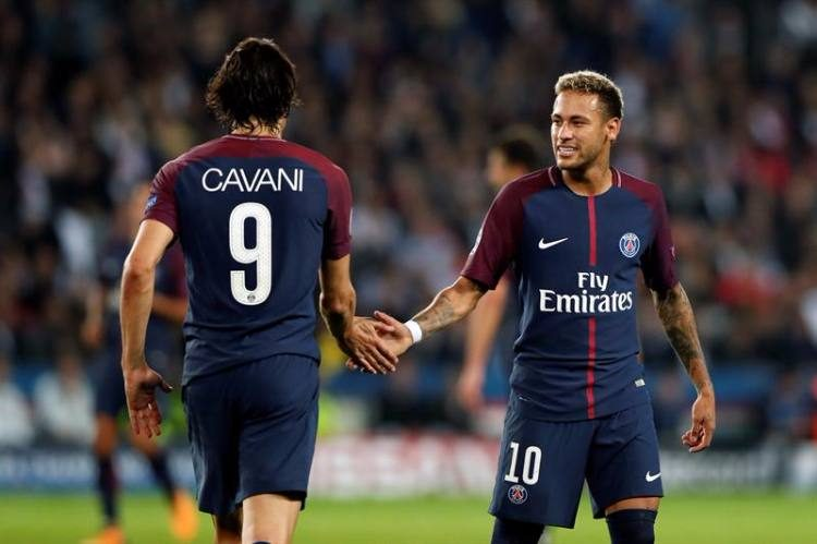 De costas, Cavani cumprimenta Neymar