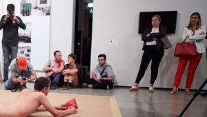 Procuradoria não vê crime em interação de criança com artista nu no MAM