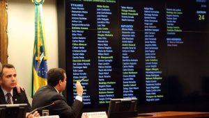 Deputados aprovam parecer que recomenda a rejeição da denúncia contra Temer