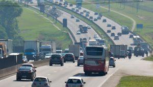 Na volta do feriado, motorista enfrenta trânsito intenso nas rodovias de SP
