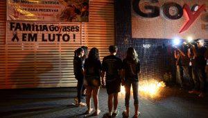 Estudantes e familiares realizam vigília em frente ao Colégio Goyases, após o ataque a tiros que matou dois adolescentes