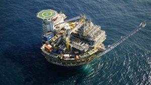 Petróleo opera perto da estabilidade, mas com viés de queda, após fortes ganhos