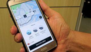 Uber é condenada a indenizar passageira que esqueceu celulares e maquiagem no carro