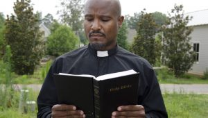 Seth Gilliam na pele do padre Gabriel