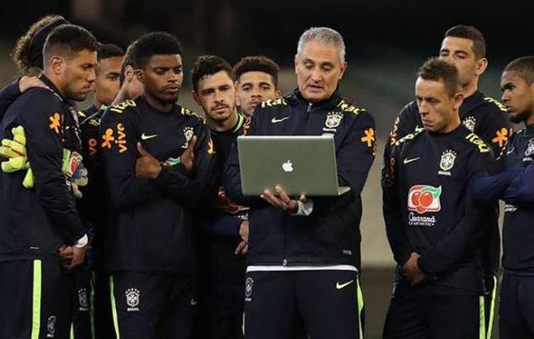Divulgação Prancheta  Tite preferiu usar um notebook para orientar os  jogadores em um treino da Seleção Brasileira 4a7930368fb91