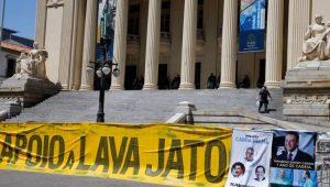 Em frente ao prédio da Alerj, manifestantes pedem a manutenção da prisão dos deputados envolvidos na Operação Cadeia Velha