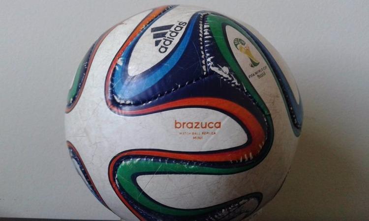 """ac25b7eca15be ... goleiros e atacantes não tiveram problemas com a Brazuca. O nome foi  escolhido por votação popular – as outras opções era """"Carnavalesca"""" e  """"Bossa Nova""""."""