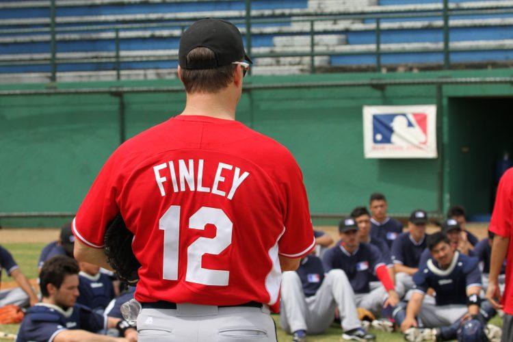 Steve Finley conversa com jogadores durante o MLB Elite Camp 106f4d6f5a0