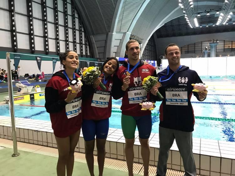 Etiene Medeiros e nadadores brasileiros em etapa da Copa do Mundo de Natação