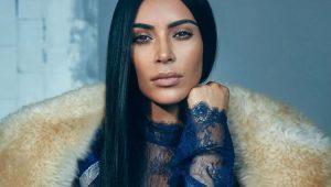 Kim Kardashian mostra banheiro gigantesco e TV 'escondida' no chão de sua mansão