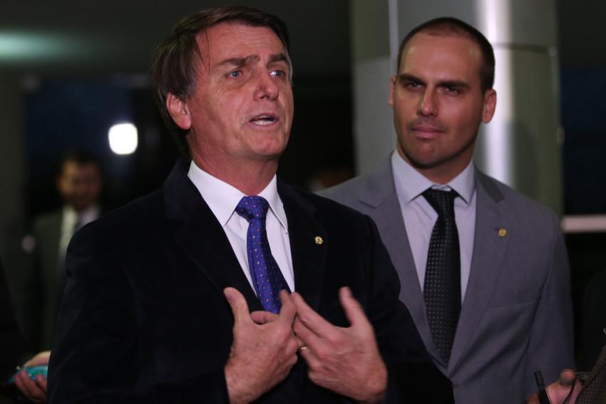 'Por enquanto, sem alteração', diz Bolsonaro sobre indicação de Eduardo a embaixada