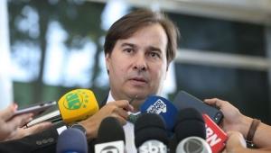 """Maia volta a criticar ações anunciadas pelo governo e pede medidas """"quentes"""""""