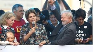 O ex-presidente Luiz Inácio Lula Silva, acompanhado da ex-presidente Dilma Rousseff e da presidente nacional do PT, senadora Gleisi Hoffmann (PR), durante ato público em sua defesa e pela democracia, na Esquina Democrática, em Porto Alegre (RS)